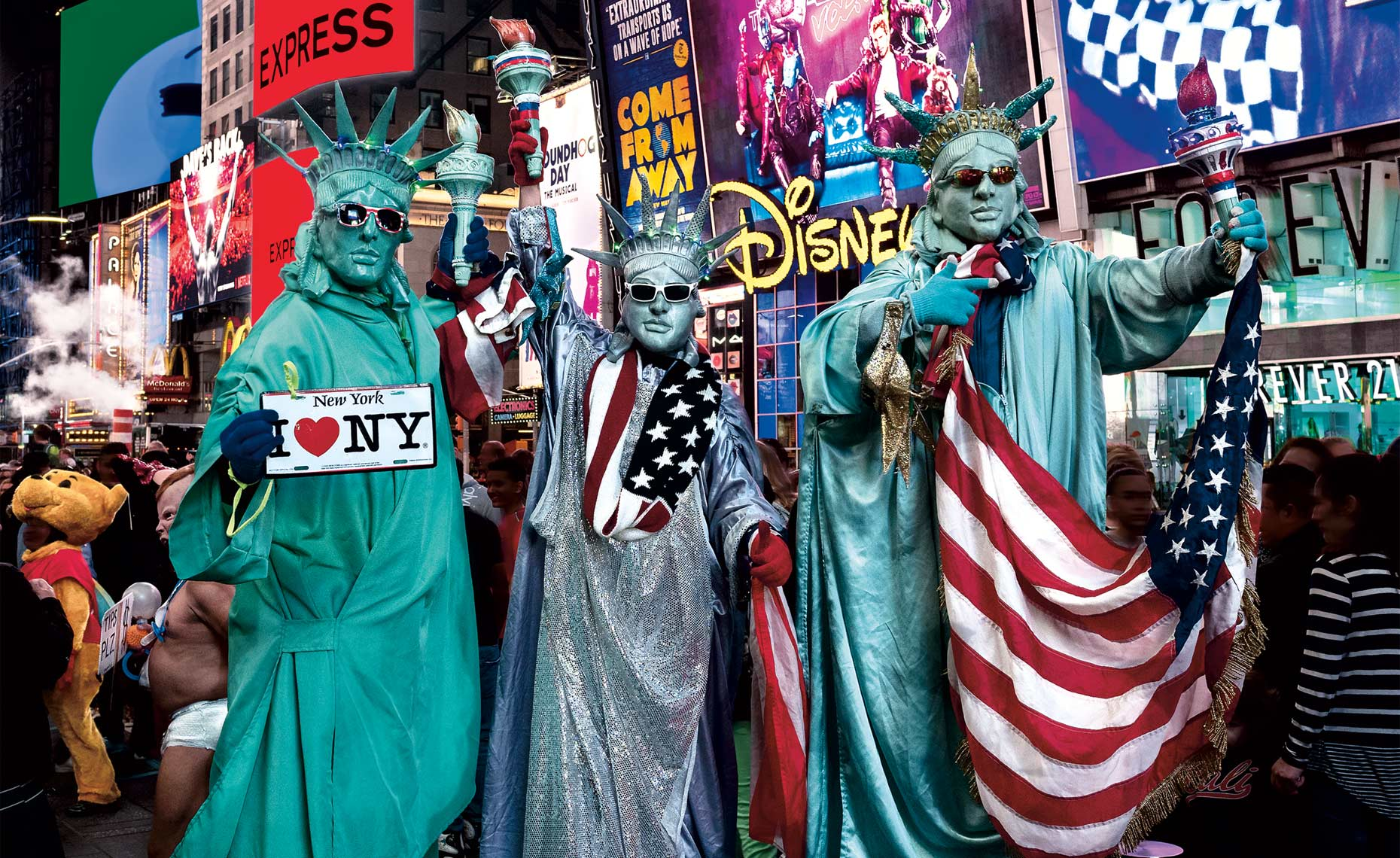 Statue-of-Liberty-Impersonators-in-Times-Square-New-York-Postcard