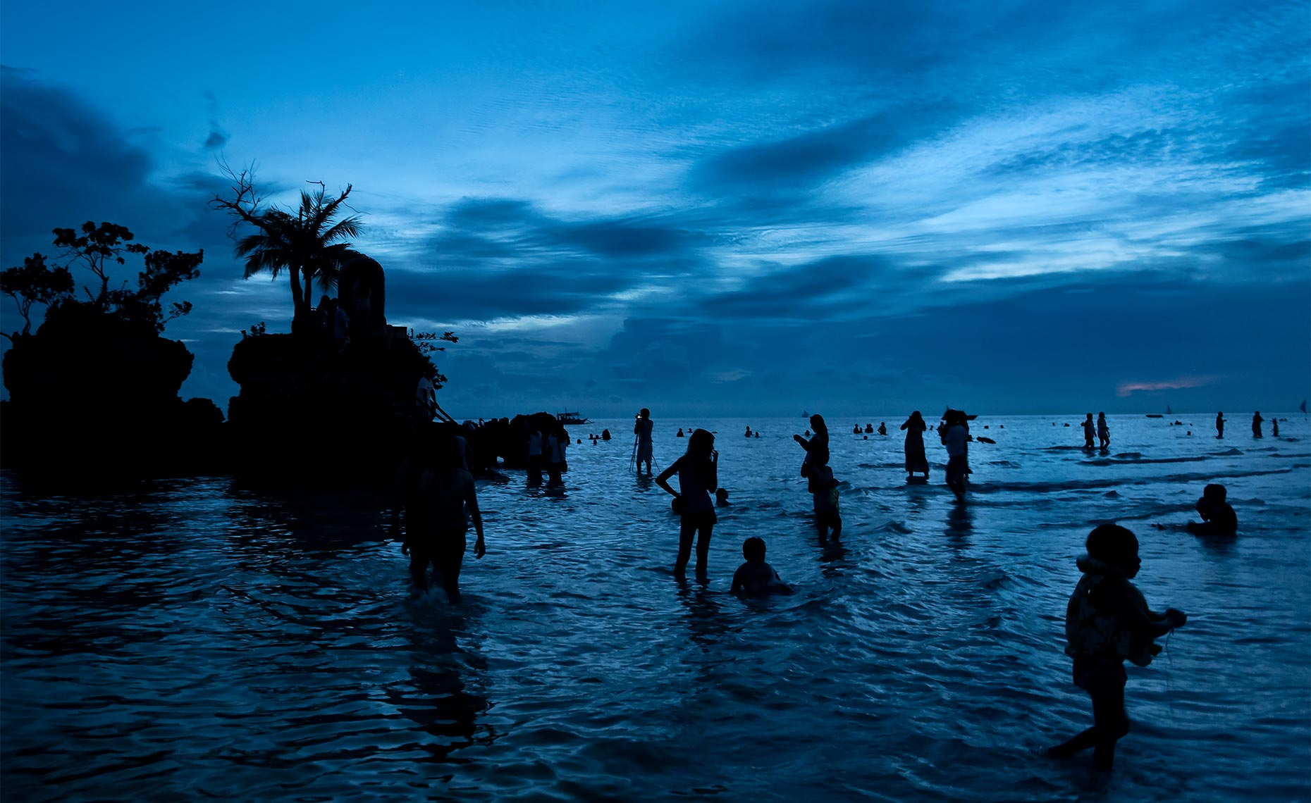dramatic-sky-at-boracay_beach_philippines_at_dusk