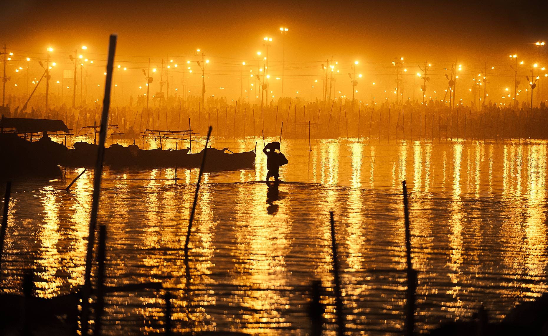 hindu_pilgrim_walking_on_the_water_in_kumbh_mela_india