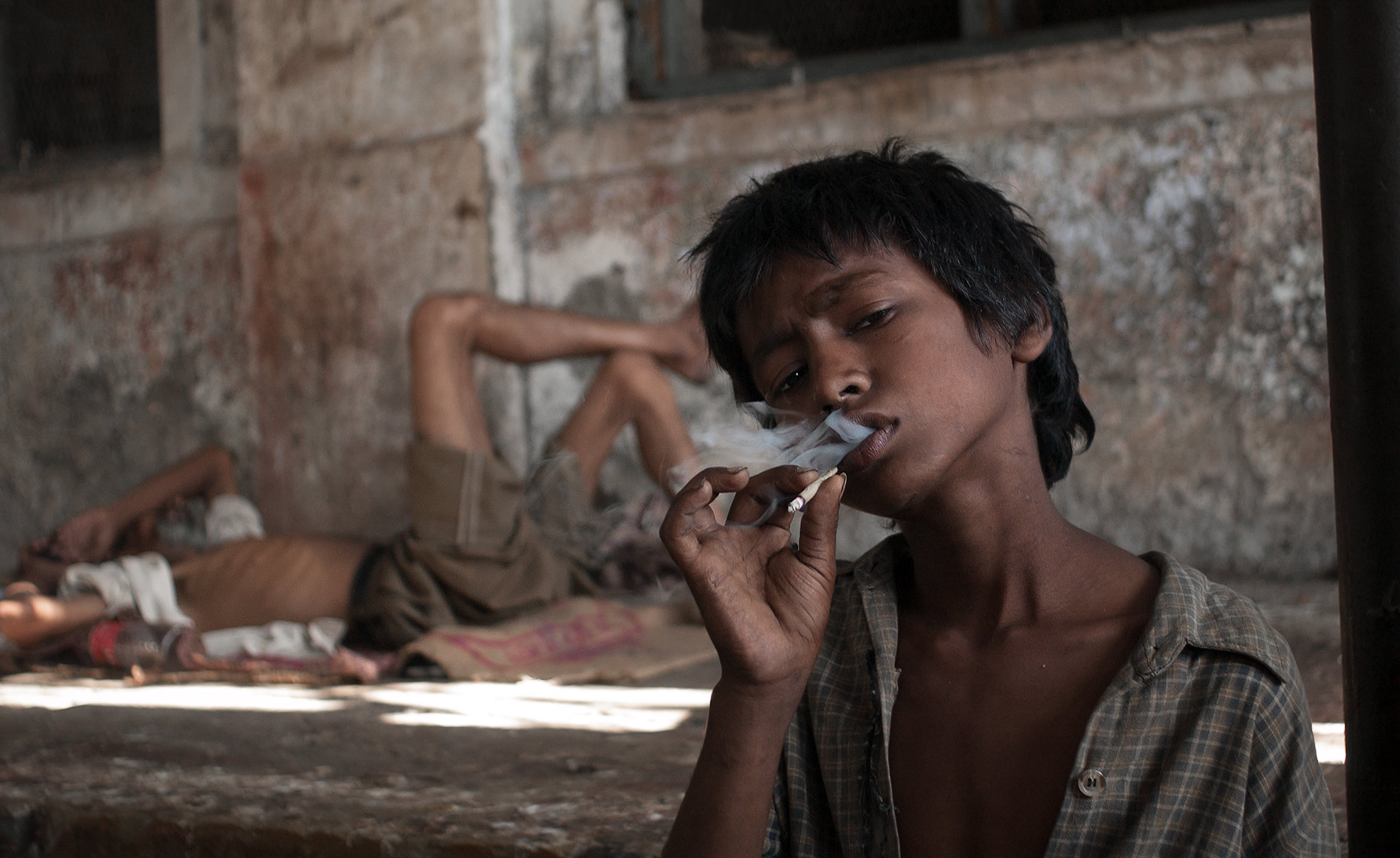 mumbai_kid_smoking_bidi.  Photo © Konstantino Hatzisarros 2010